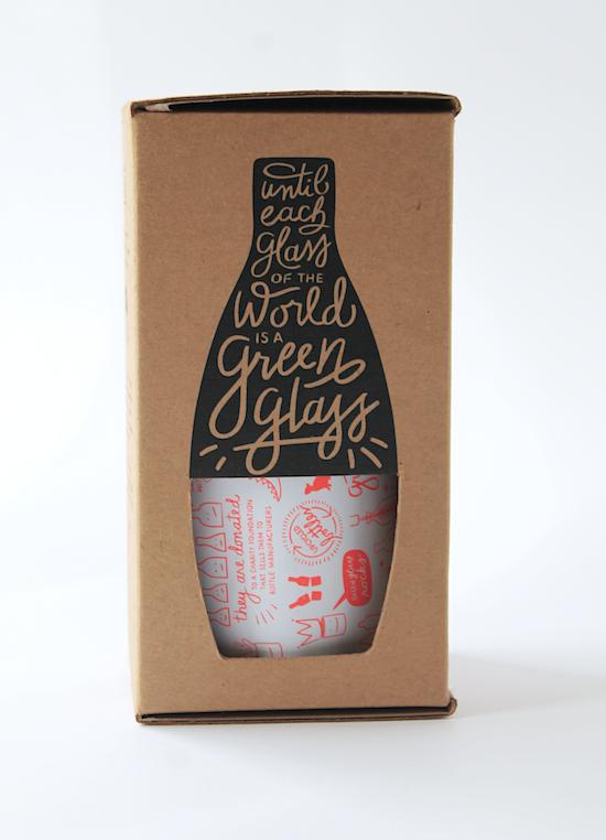 """Aquí mezclamos ecursos muy simple. La forma de una botella con el slogan de Green Glass """"Hasta que cada vaso del mundo sea de botella!"""". Y este fue troquelado con una ventanita para ver lo que hay adentro. Simple y bonito."""