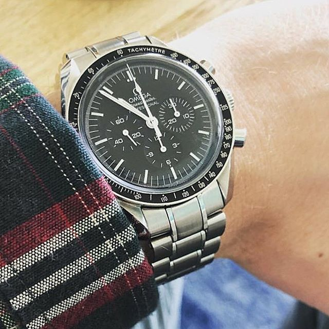 enjoying his upgraded speedy, thanks to master watch maker @jannesworld 📸 credit @hunter_watchgang  #omega #speedy #watchgang #watchgeek #horology #watch #dailywatch #wristcandy #watchporn #omegaspeedmaster