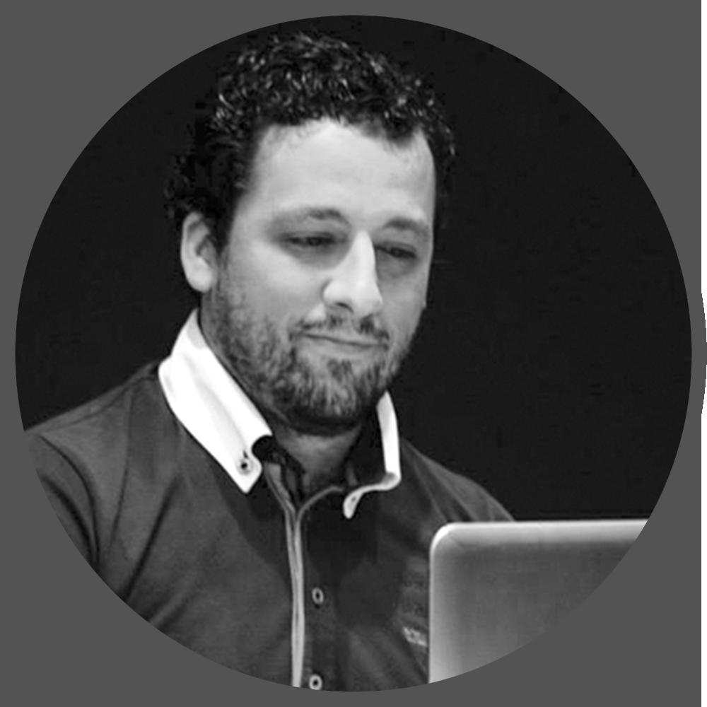 DIEGO MOYA PARRA (ARTISTA DIGITAL,FORMADOR)   Diego es un artista CG que comenzósu camino profesional con la infoarquitectura pero rápidamente descubrió su pasión por todo este mundo del 3D.  Su carrera profesional dio comienzo en el 2004, utilizando diferentes software 3d hasta que en el 2009 decidió probar Blender,desde entonces no deja de sorprenderle,pasando a ser su navaja suiza, como la llaman muchos por su multifuncionalidad a la hora de trabajar.  Aunque su pasión es el modelado, también ha trabajado como rigger, animador y fotorealismo.  Actualmente trabaja en una de sus pasiones que es la formación, a la que lleva dedicado los últimos 5 años. Es formador certificado por la Blender Foundation y espera poder seguir difundiendo Blender durante muchos años.