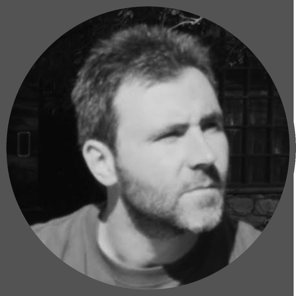 JAUME CASTELLS CARLES (PROGRAMADOR) Jaume empezó en esto de los ordenadores como muchos de su generación, comprando revistas en los quioscos y copiando código Basic de juegos de sus últimas páginas para jugar a algo creado (o más bien, tecleado) por él mismo. Se adentró en el mundo de la programación de forma autodidacta hasta que entró en la UOC (en Ingeniería Informática) para asentar todas las bases de lo que había aprendido. Desilusionado por la formación que se recibe en la mayoría de instituciones decidió dedicarse a la enseñanza práctica; aprender con situaciones y problemas, improvisar soluciones, no memorizar y repetir. Actualmente es socio y co-fundador de Sitcons; una asociación sin ánimo de lucro destinada a desarrollar videojuegos propios con alumnos de l'Aula Creativa, escuela dónde enseña desde el modelado 3D con Blender (también es BFCT) hasta la programación completa y profesional de videojuegos con Unity3D, y en la que tanto alumnos como colaboradores pueden participar para ampliar (o empezar) su currículum de forma profesional.