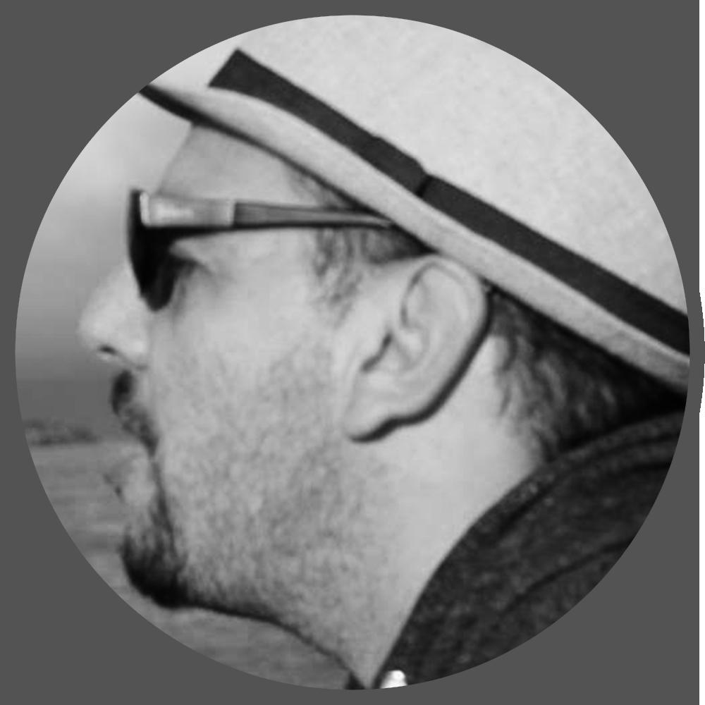 LUCIANO A. MUÑOZ SESSAREGO (LEAD ANIMATOR EN IGUANA BEE)   Nacido y criado en Chile, estudió animación en Canadá y Dinamarca, conoció Blender en el año 2009 y comenzó a utilizarlo. Tuvo la suerte de hacerlo con  Bassam Kurdali , director de varios cortometrajes, incluyendo  Elephants Dream , la primera Open Movie de la Blender Foundation. En ese entonces, trabajó para múltiples estudios y productoras como freelance, utilizando Maya o Blender de manera intercambiable. A principios de 2016 se ha integrado en el equipo de desarrollo de videojuegos  IguanaBee , afrontando nuevos retos y con un equipo que trabaja exclusivamente con Blender.