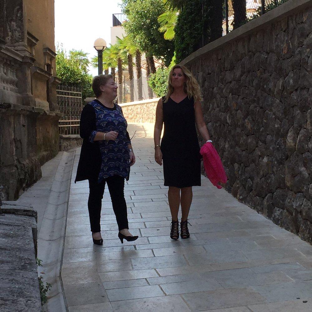 Bilden är tagen i Opatilja, Kroatien när vi filmade vår modevisning. Kram till Rose-Marie & Carina som slet i 30 gr värme med att visa höstens kläder och till Gunilla bakom kameran.
