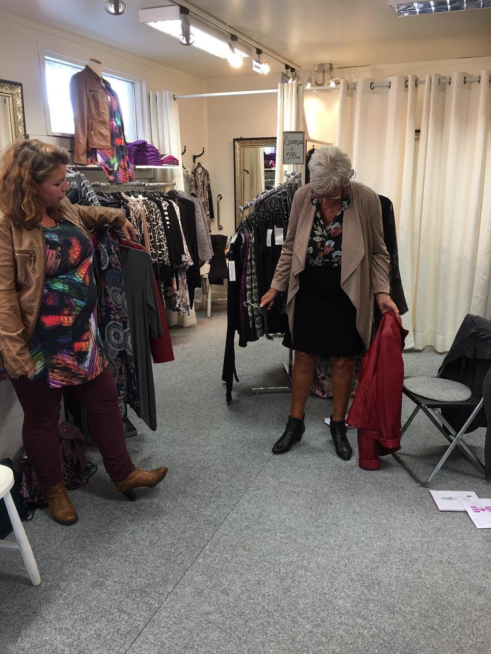 Eva och Karin i en härlig diskussion om kjol längd och vad som Eva känner sig bekväm i. För det är det som är viktigt vad du som kund är bekväm i. Vi i ModeStugan kan hjälpa dig att hitta det.