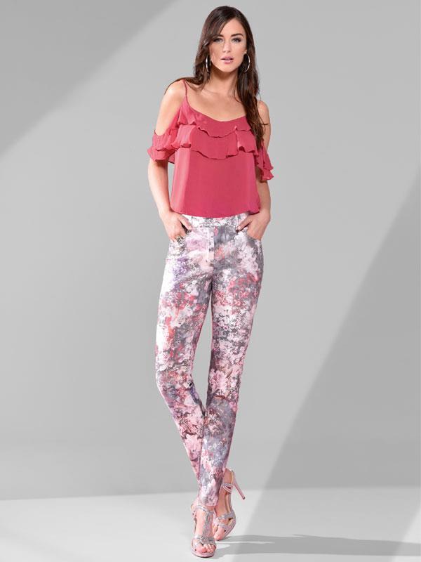 Denna mönstrade byxa är vår populära Robell jeans som också går att få i enfärgat mörkblå, mellanblå, ljusblå, vit och svart. ord pris 899 kr