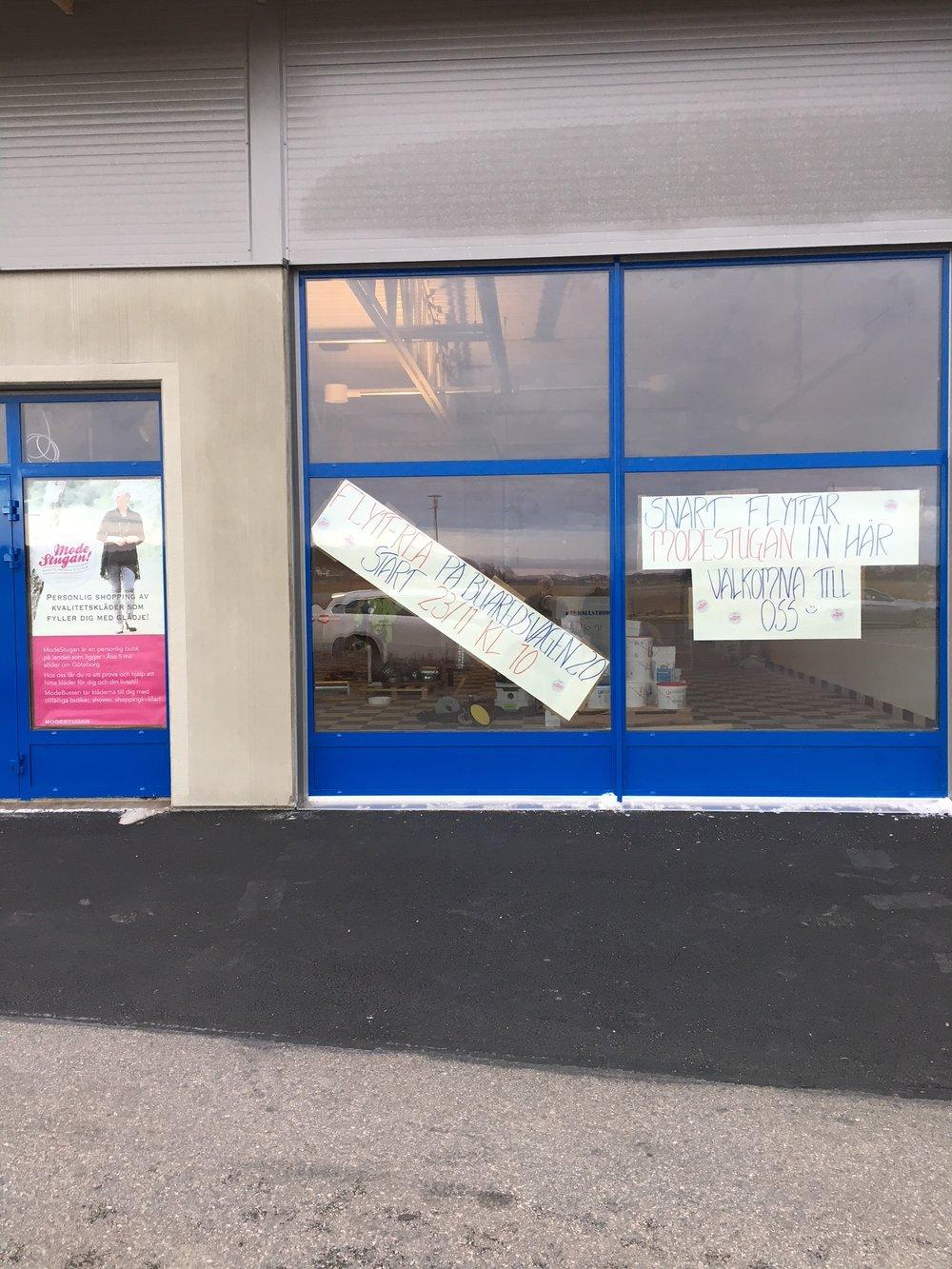 Igår skyltade vi upp om vår REA nere i nya butikens skyltfönster. Tänk att vi i slutet av januari början på februari kommer att finna här nere :) En härlig känsla att få ta emot er fina kunder nere i Åsa.