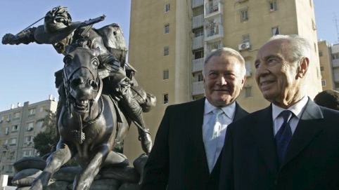 Israeli President Shimon Peres, right, poses with Australian mulitmillionaire Richard Pratt, who donated the Light Horse Memorial, in the Park of the Australia Soldier, in Be'er Sheva, in 2008.