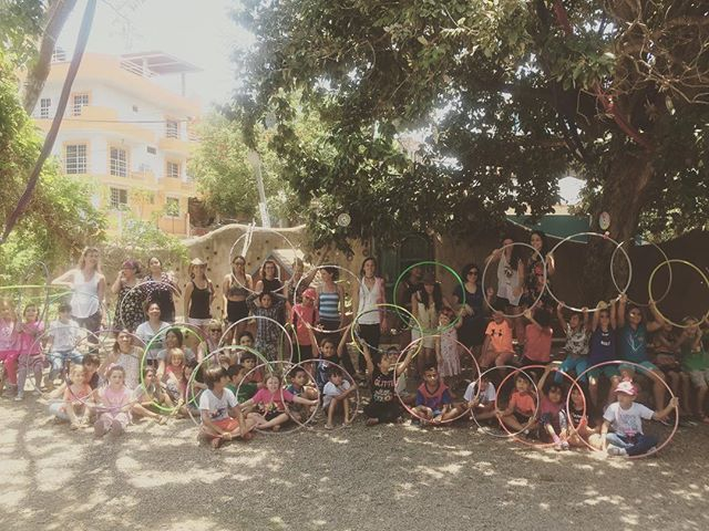 Hoopeando en comunidad!! Hooping for children at #summerhoopingmx #hulahoopshow #shmx2017 #chacala #hoopmx #hulahoopmx #hooplove #hoopjoy