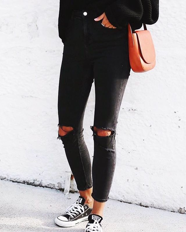 HOW does one's closet even function without a pair of black jeans?! Like, is that possible? I live in mine! 🙄 Anyone else? #FashionWorld #BlackJeans #FashionBlogger 📷| YourFashWorld