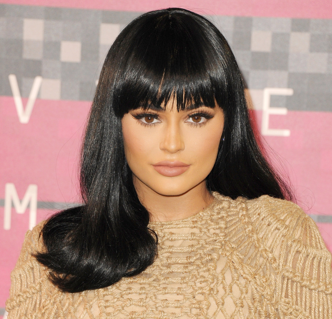 Kylie rocked bangs and super shiny Cleopatra locks at the VMAs