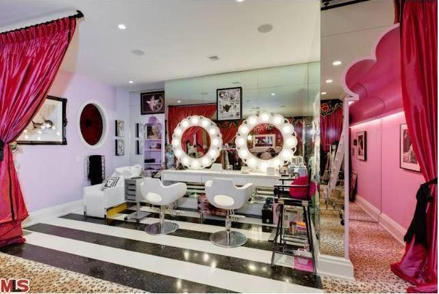 Christina-Aguileras-pink-closet-salon.jpg
