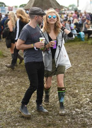 Natalie-Dormer--Visits-the-2016-Glastonbury-Festival--09-300x420.jpg