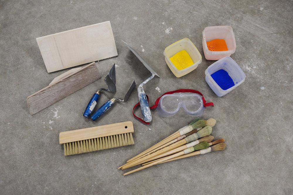 Noen av verktøyene og materialene anvendt i freskoteknikk. Foto: Anne Valeur.