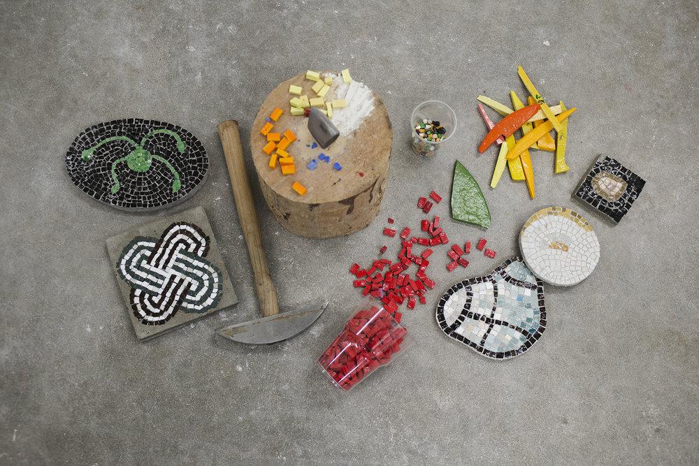 Noen av verktøyene og materialene anvendt i mosaikkteknikk. Foto: Anne Valeur.