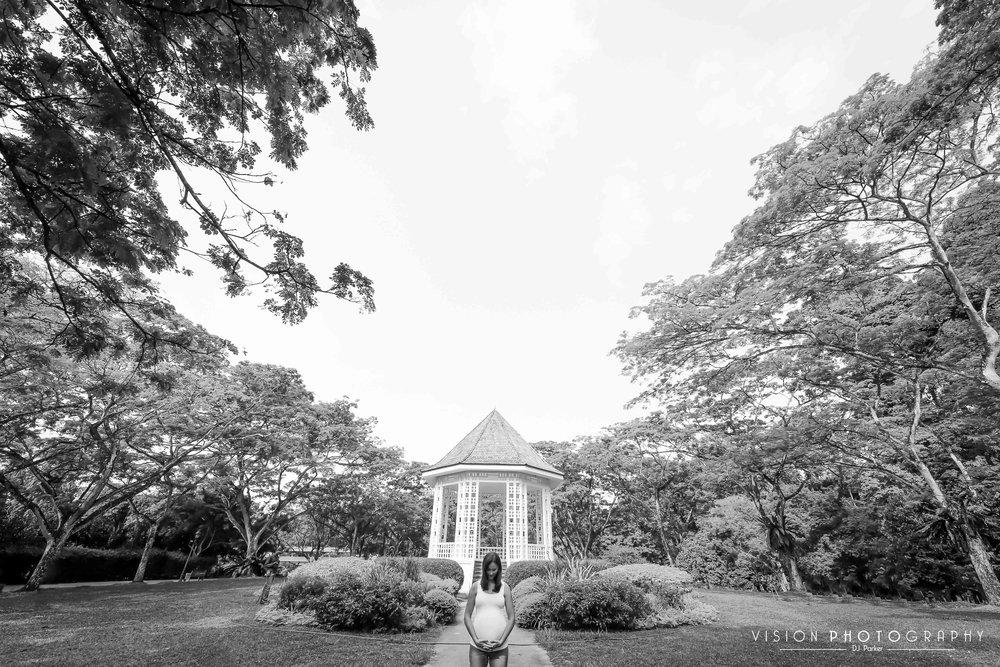 Outdoor maternity Botanic Gardens black and white