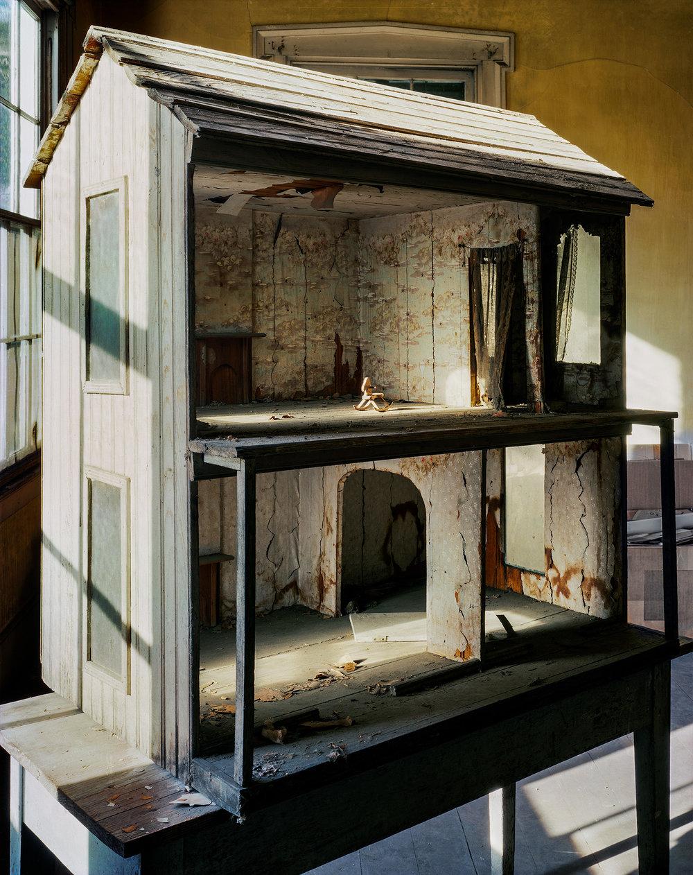 antique dollhouse, lyon hall.JPG