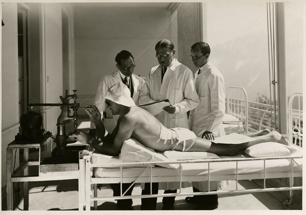Auguste Rollier (centre) seeing a patient undergoing heliotherapy in his clinic in Leysin (Copyright:  Association pour le Patrimoine de Leysin)