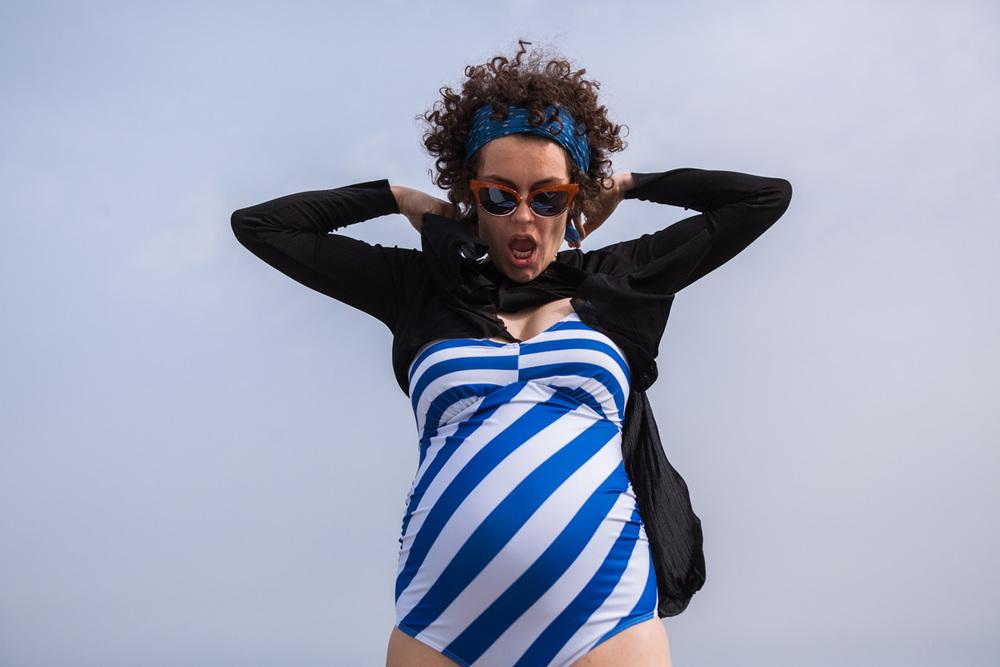 Shirt Zara, Badeanzug Asos Maternity, Brille Zara, Tuch Saint Laurent