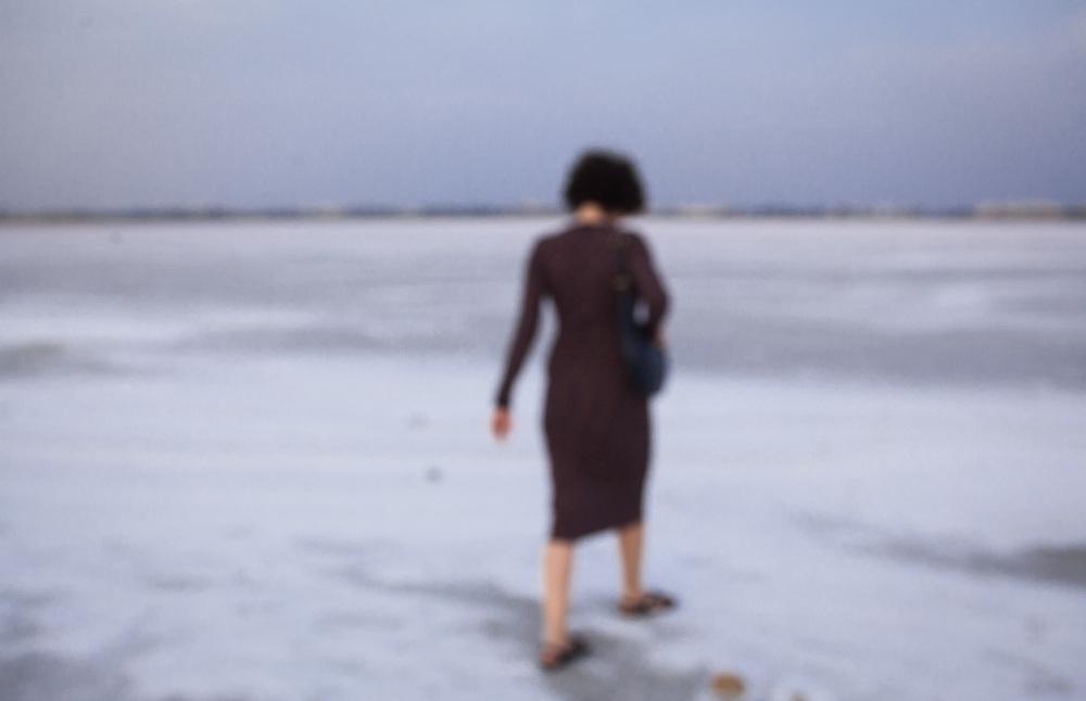 Kleid Asos Maternity, Tasche Giorgio Armani, Brille Céline, Schuhe Tôteme, Ringe & other Stories