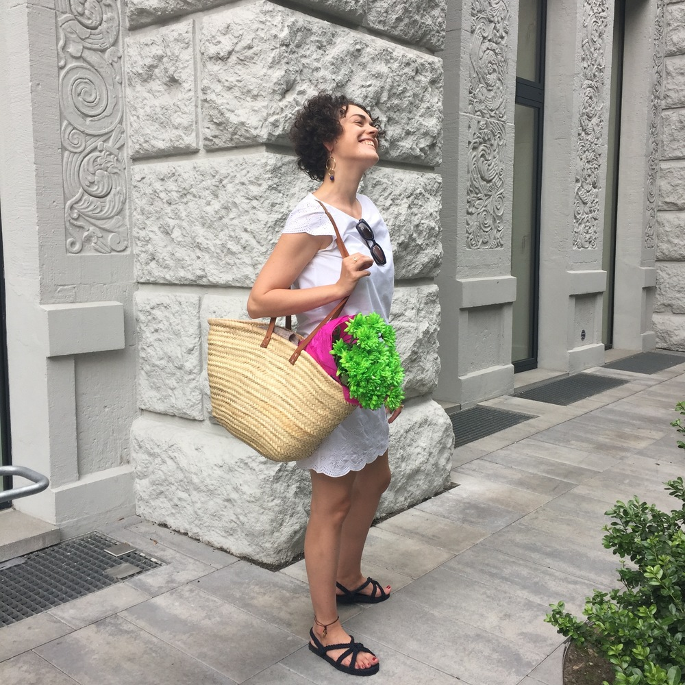 Kleid: Uniqlo, Tasche Esprit, Sandalen Tôteme