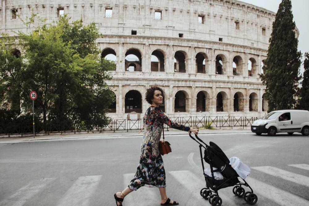 Kleid H&M, Sandalen Calvin Klein Collection, Stroller Joie, Tasche Bree