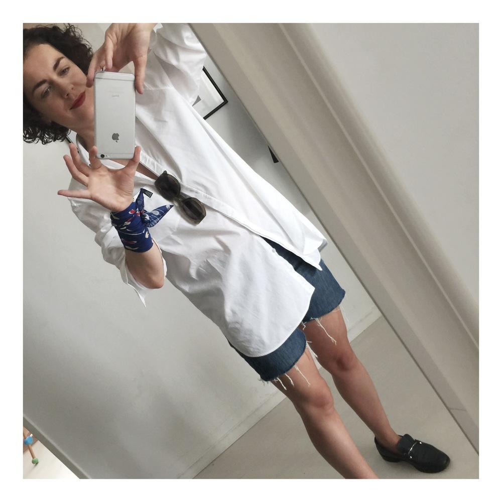 Bluse T by Alexander Wang, Midi-Shorts Levi's 501, Tuch Blasy, Brille Céline, Schuhe Balenciaga