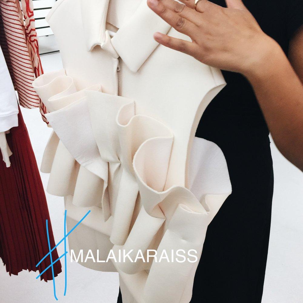 Kurz vor der Show von MALAIKARAISS haben wir mit der Designerin noch persönlich gesprochen, heute sind die Teile ready zum anprobieren.