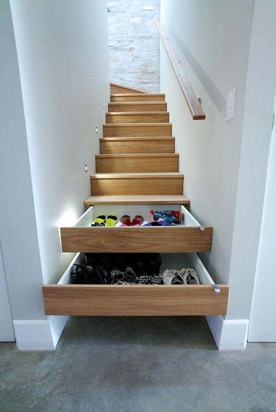 Die Schuhe verschwinden in den Treppenstufen