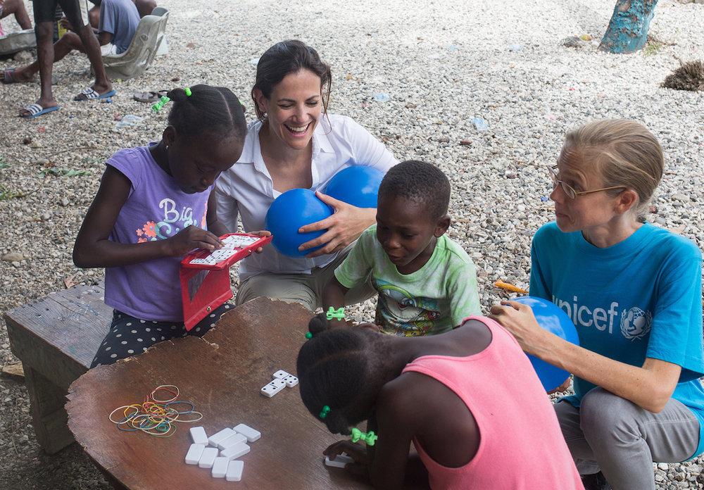 Bettina Zimmermann spielt mit den Kindern