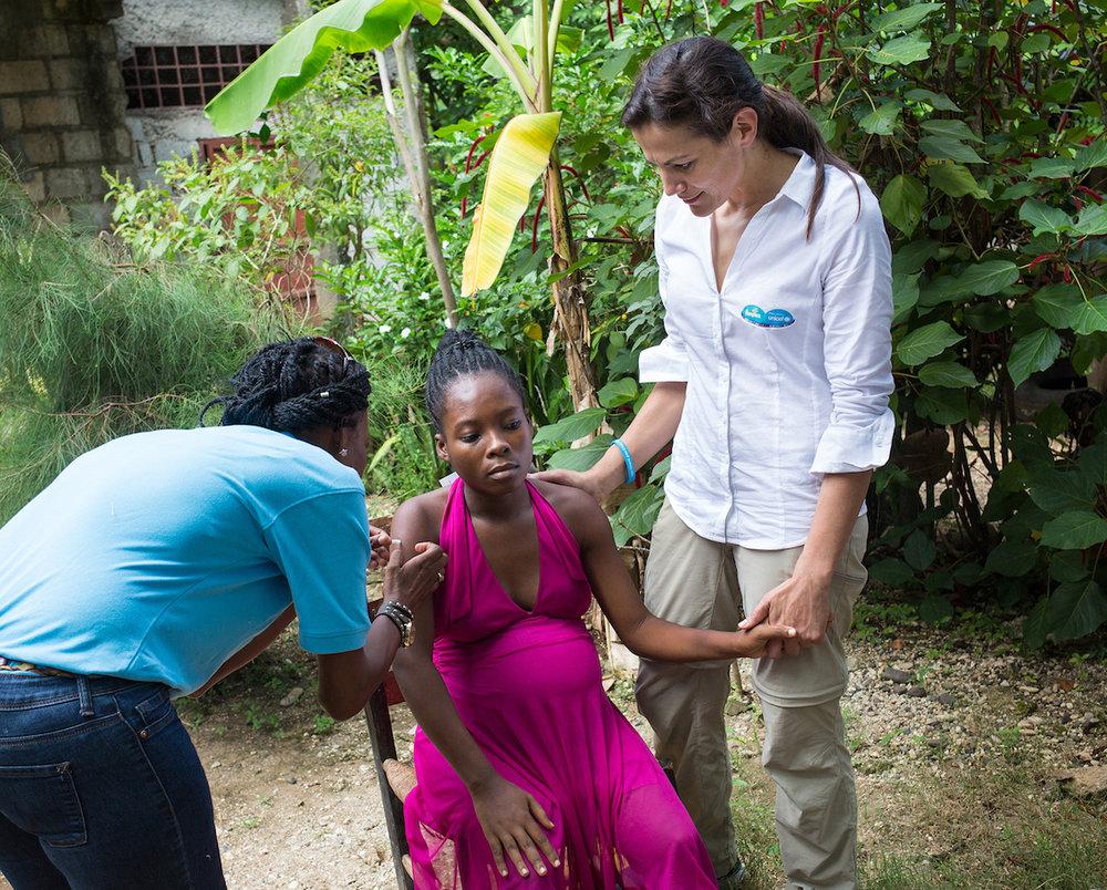 Eine schwangere Frau wird geimpft.