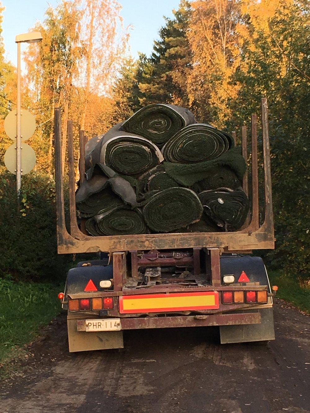 28.9. Viimeiset rullat vanhaa tekonurmea siirrettiin pois hallialueelta Solvallaan ja viereiseen laskettelumäkeen.