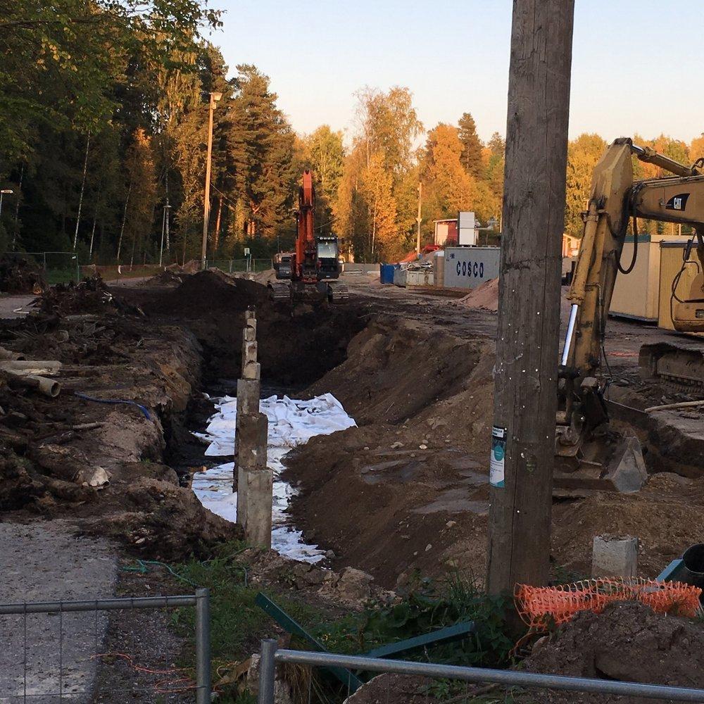 28.9. Hallin pohjoislaidalta on kuluneella viikolla kaivettu turvetta ja vanhoja kantoja pois.