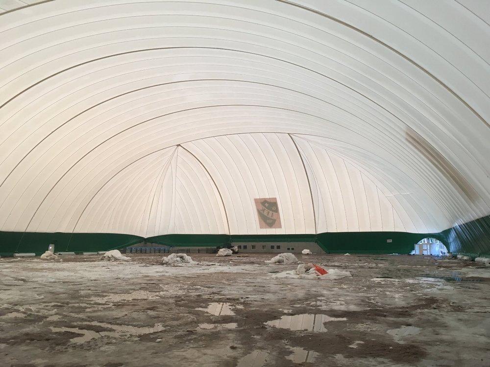 22.12. Hallin sisällä odotetaan lumen sulamista ja alustan kuivumista ennen tekonurmen asennusta.