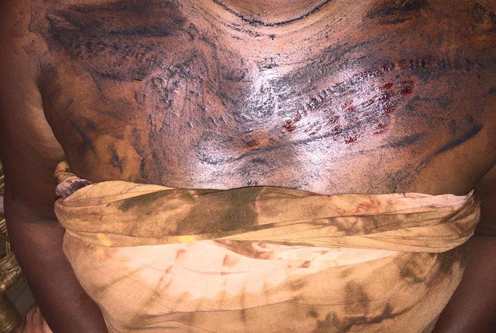 Trabalhando em ara finfin, a técnica tatuagem iorubá tradicional. © Nathan Lugo