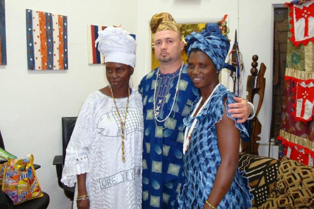 Nathan com Adedoyin Famiyi Olosun, filha de Olayinka guardas Susanne Wenger, e sua irmã Oluwakayode Ovie Olosun, ambas as sacerdotisas Oshun da cidade de Oshogbo. © Nathan Lugo