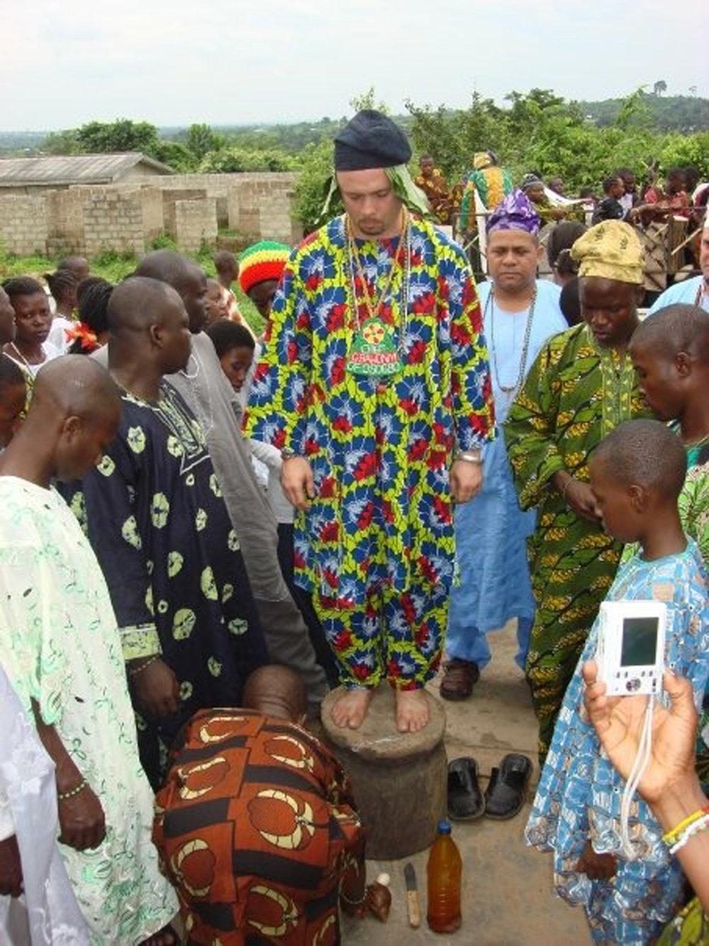Nathan Lugo durante sua instalação como o Gbáwoníyì de Osogbo. © Nathan Lugo