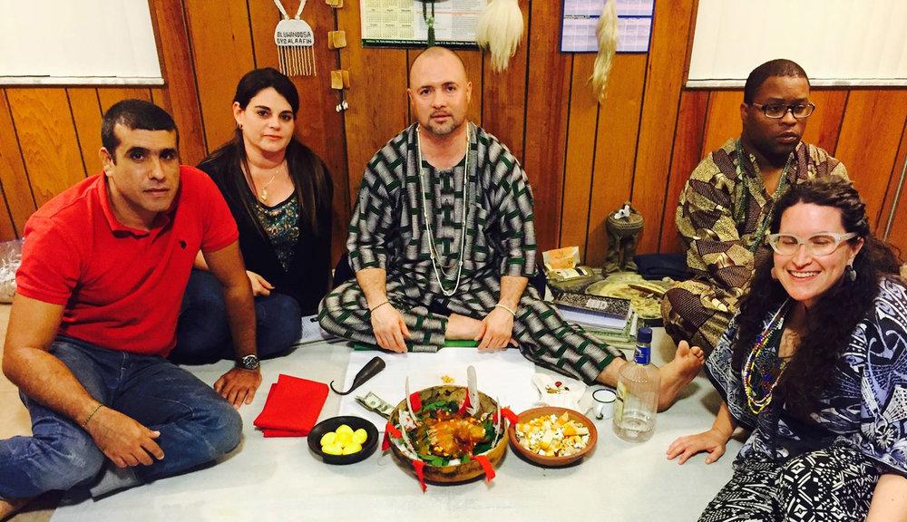 Leitura ẹẹrìndínlógún, o oráculo shell cowry, e preparar Ebo, sacrifícios, para os clientes. © Nathan Lugo