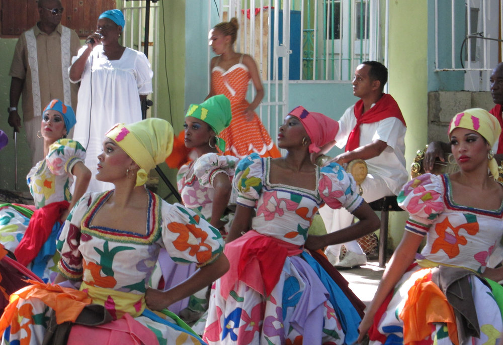 Ọya dancers and Lukumí singer of the Conjunto Folklórico Nacional de Cuba. 'Conjunto Folklórico', photo: Stone Center, CC BY-NC 2.0 (image cropped)