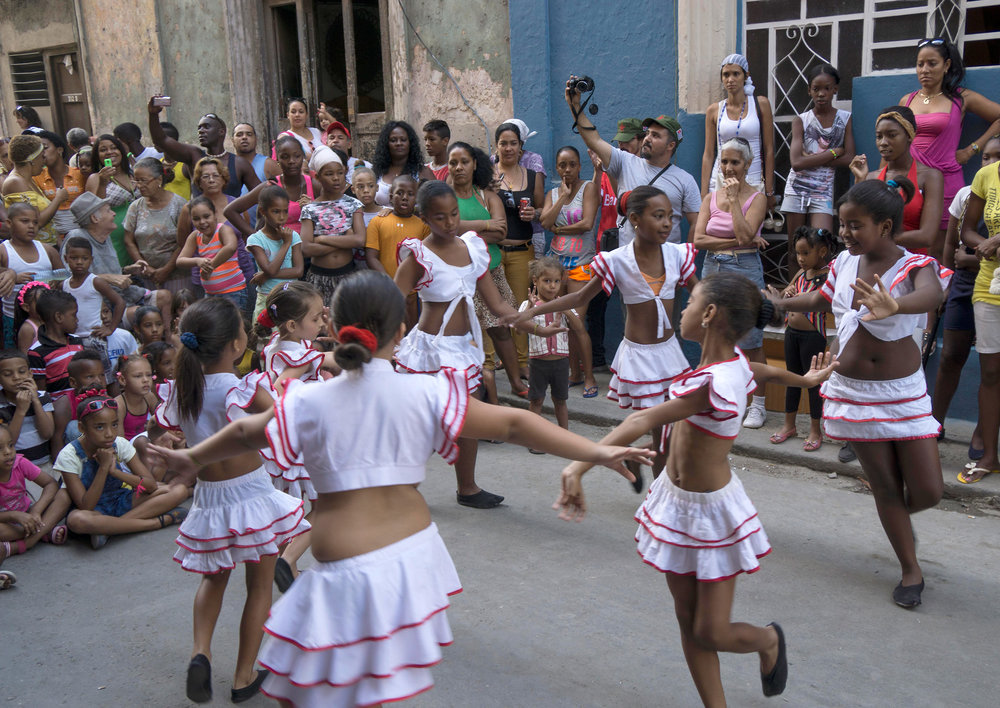 People love dance spectacles, even at a very young age, here a street scene from Havana. Photo: Eric Parker, CC BY-NC 2.0