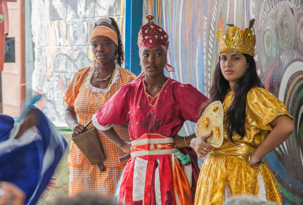 Orisha Oya and Oshun dancers with adorned crowns in a folklore show at Callejon de Hamel in Havana. Photo Ben Kucinski CC BY 2.0 Image cropped.