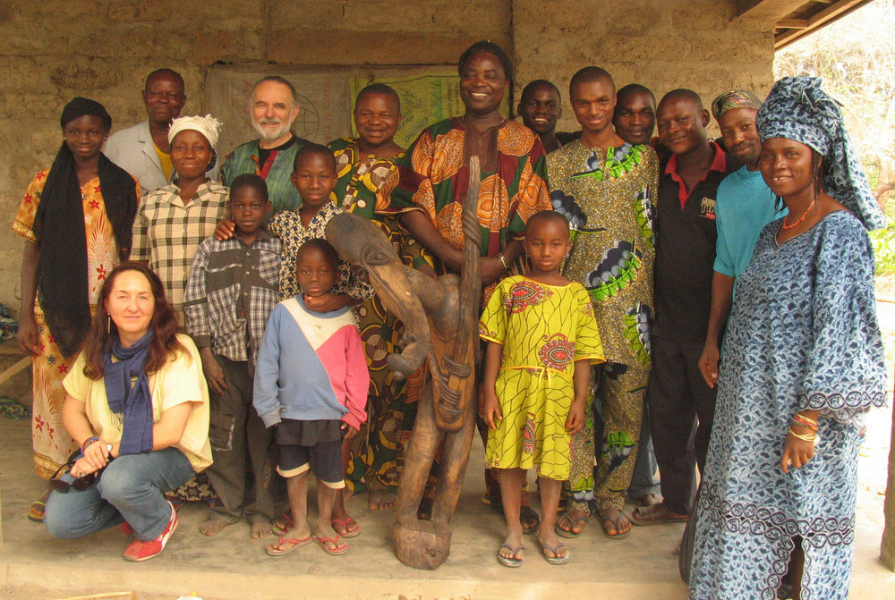 Wolfgang and Martha Denk at the woodcarver's workshop of Wenger's artist colleague Kasali Akangbe and his son Adekunle, in the middle Wenger's son, artist Ṣàngódáre Gbádégeṣin Àjàlá, right Wenger's daughter Adédoyin Fáníyi Ọlọ́ṣun. ©Wolfgang Denk