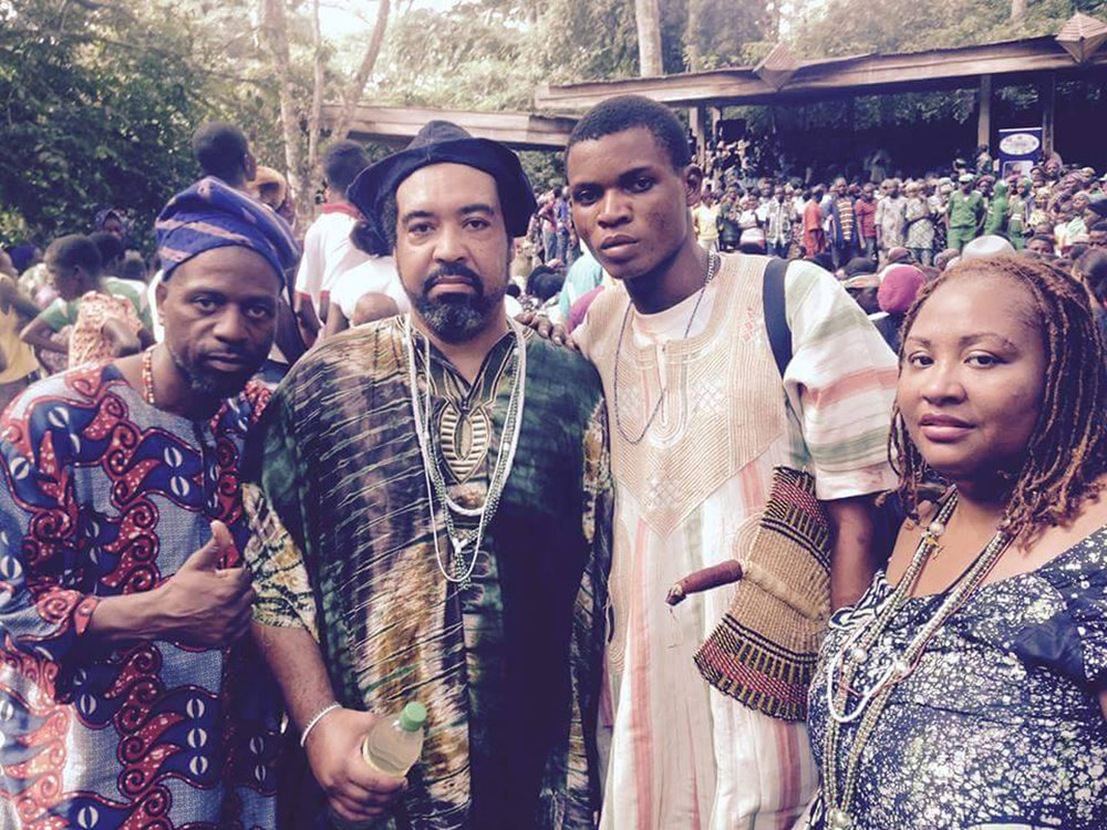 At the Ọ̀ṣun festival in the Sacred Grove of Òṣogbo. To the right Ìyálórìṣà Ọyawùnmí Ifáwẹ̀mídá Àdùkẹ́ Àjàlá from the Ilé Àrìrà. © Ilé Àrìrà