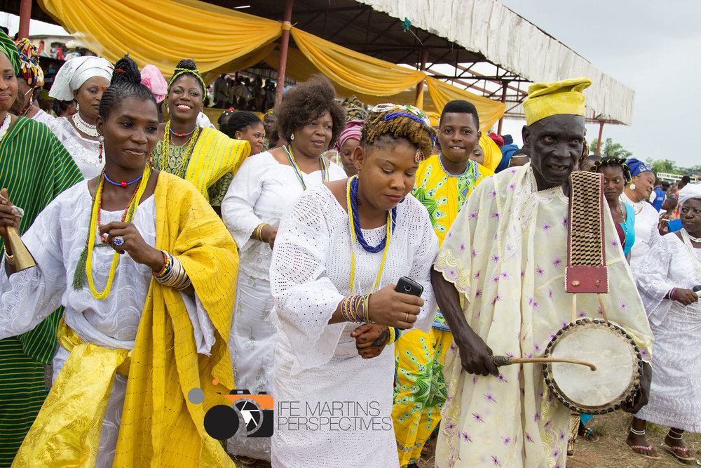 Báyọ̀ and photographer Ife Martins visited the festival of Ọ̀ṣun in Òṣogbo in 2015 to get to know their Yorùbá roots. To the left Ọláyíwọlá Ọládùnní Ọlọ́ṣun ©  Ife Martins
