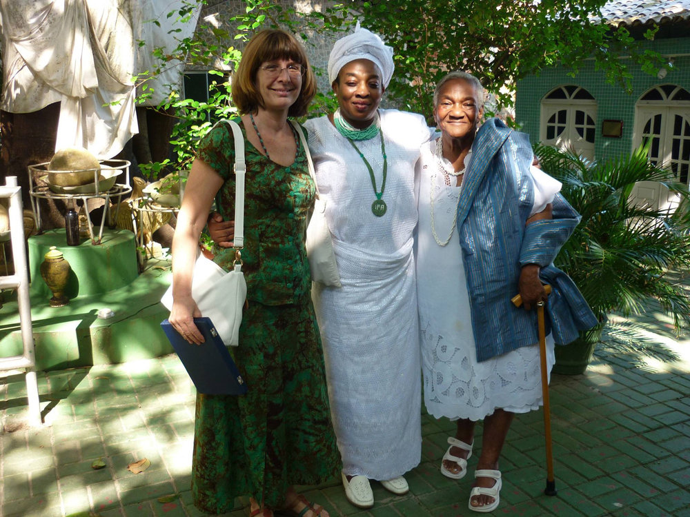 Bamboxê Obitiko, an important Yorùbá religious leader, returned to Lagos in 1873 and left descendents on both sides of the Atlantic. Erelu Lola Ayonrinde (middle), born in Lagos and his great-great-granddaughter, on her visit to Salvador with Lisa Earl Castillo and Beatriz da Rocha, great-great granddaughter of João Esan da Rocha, who built the famed Water House of the Brazilian quarter of Lagos. ©Lisa Earl Castillo