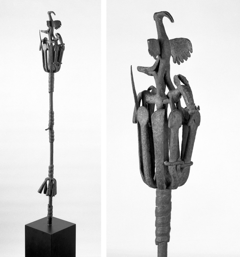 Um exemplo para uma equipe de ¸òsùn de Edo (Benin Kingdom), muitas vezes são feitas de peças de metal fundido e são mais maciças do que as Yorùbá. Imagem de Brooklyn Museum CC BY 3.0