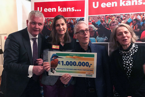 Het nederlandse bestuur met de cheque. Van links naar rechts: Cor Jan Dasselaar, Annelies van der Pauw, Derk Sauer en Annemarie Verbeek.