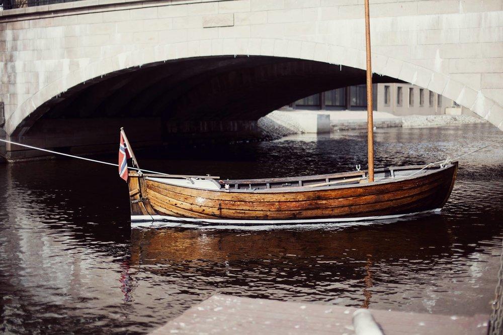 Første båt på plass ved Vaterland.