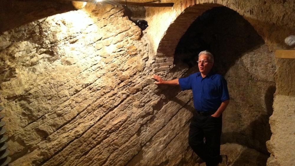 Lodovico Testi mostra la parete di roccia nella cantina