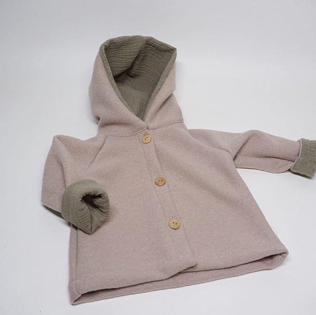 #LimitedEdition unsere Jacke Camille in zartrosa Schurwolle. Kapuze aus weichem Mull. Interesse? -  PM an uns! #jacke #baby #rosa #handmade #münchen