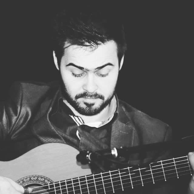 ROGÉRIO ROCHA - VIOLA DE FADOO primeiro contacto com a música deu-se aos cinco anos, quando ingressou no rancho regional de S. Salvador de Folgosa, onde residia. O cavaquinho foi o seu primeiro instrumento, tendo-se seguido a viola bandolim e a viola braguesa. Após explorar outras influências musicais em bandas por onde passou, teve, em 2012, o seu primeiro contacto com o Fado. Desde 2017 que é músico residente na Taberna Real do Fado.