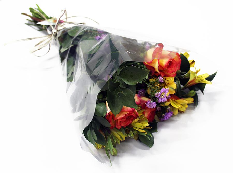 Buquê Amorize Alegria - Buquê composto por 3 Hastes de Alstroemeria, 3 Botões de Rosas, 3 Hastes de Áster e 4 Hastes de Ruscus.